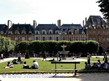 Place des Voges...relaxing in the park